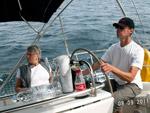 Navigator at steeringwheel - Yachtcharter Schweden, Mitsegeln Schweden